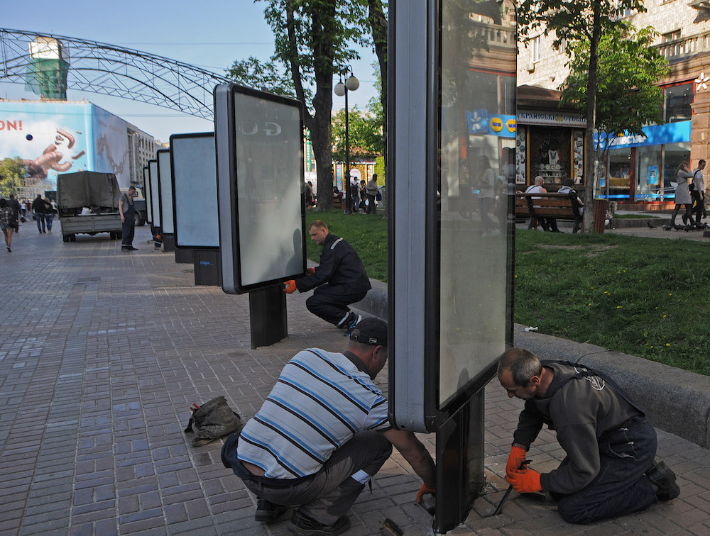 У центрі Києва почали демонтаж зовнішньої реклами