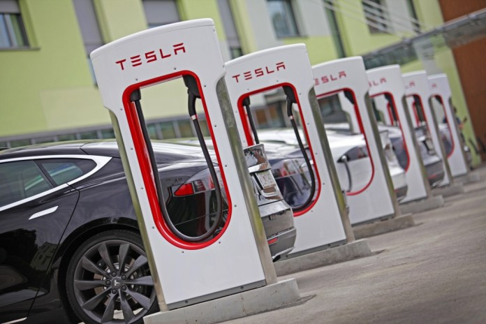 V Ukraїni z'javljaťsja 2 firmovyh zarjadnyh stanciї Tesla