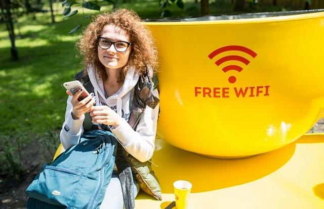 У Києві встановили лавки із Wi-Fi та USB-портами