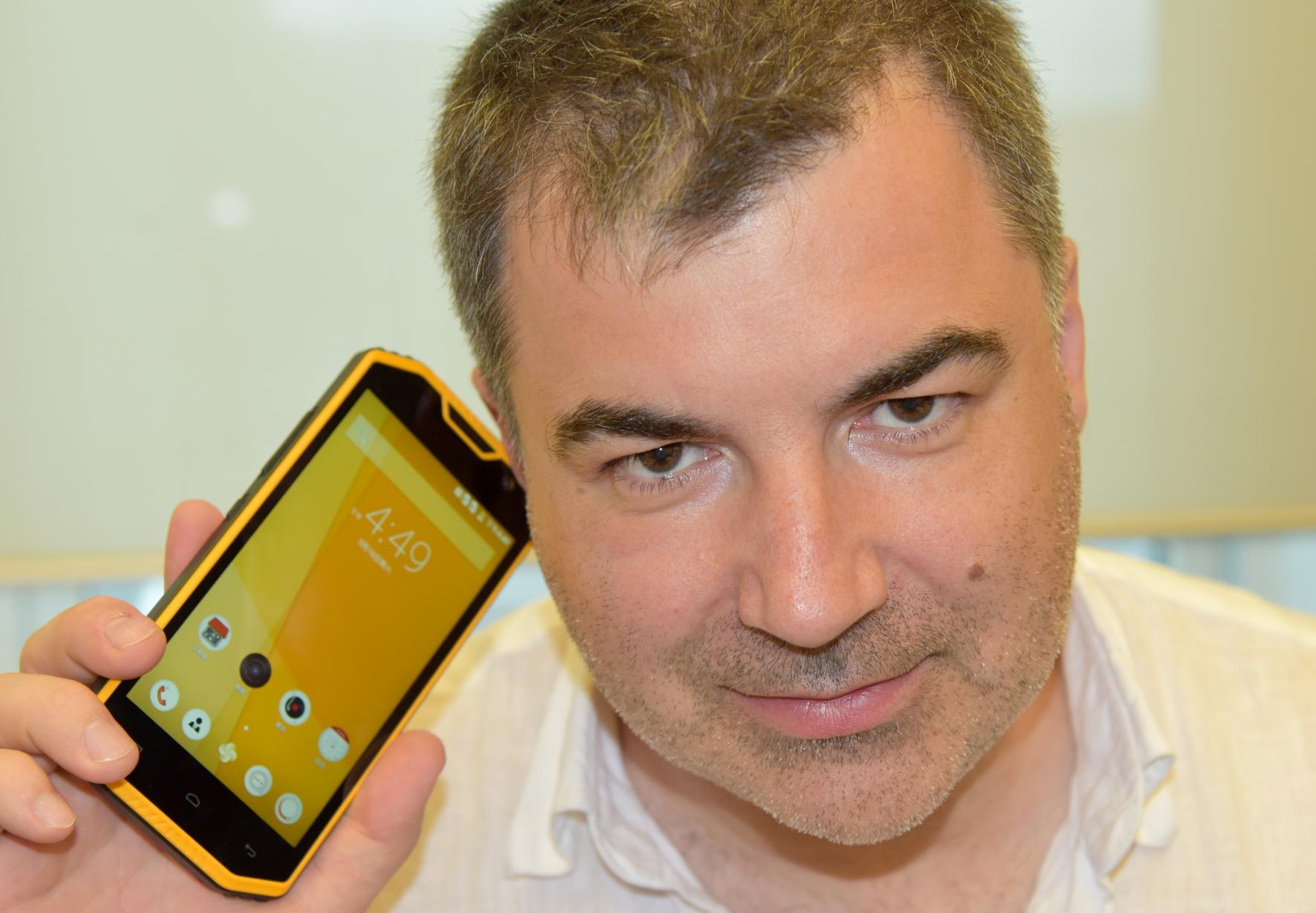 Vereseń 2016: Laureat Nobelivśkoї premiї z fizyky 2010 roku Kostjantyn Novośolov demonstruje komercijnyj smartfon, sensornyj ekran (touchscreen) u jakomu vygotovlenyj z grafenu