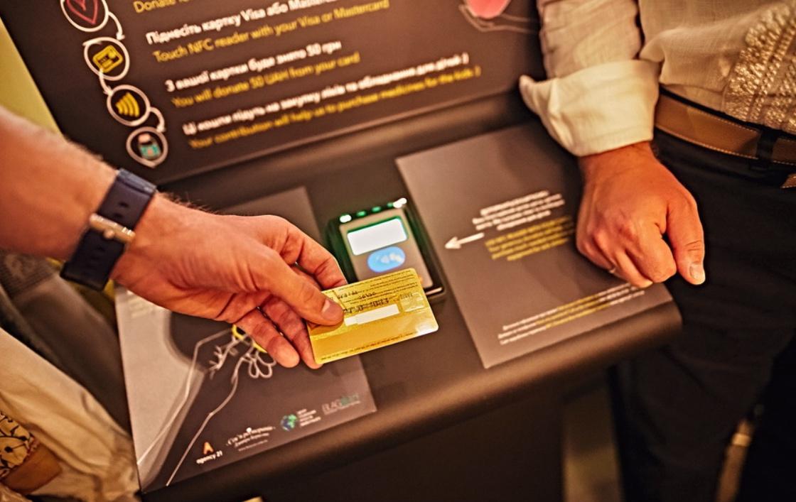 «Остання Барикада» благодійності: NFC-термінал у київському ресторані допомагатиме дітям