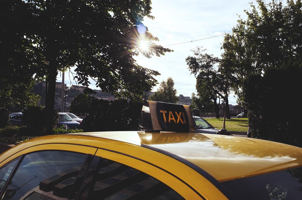 Офіційні таксі в Україні будуть на жовтих номерах