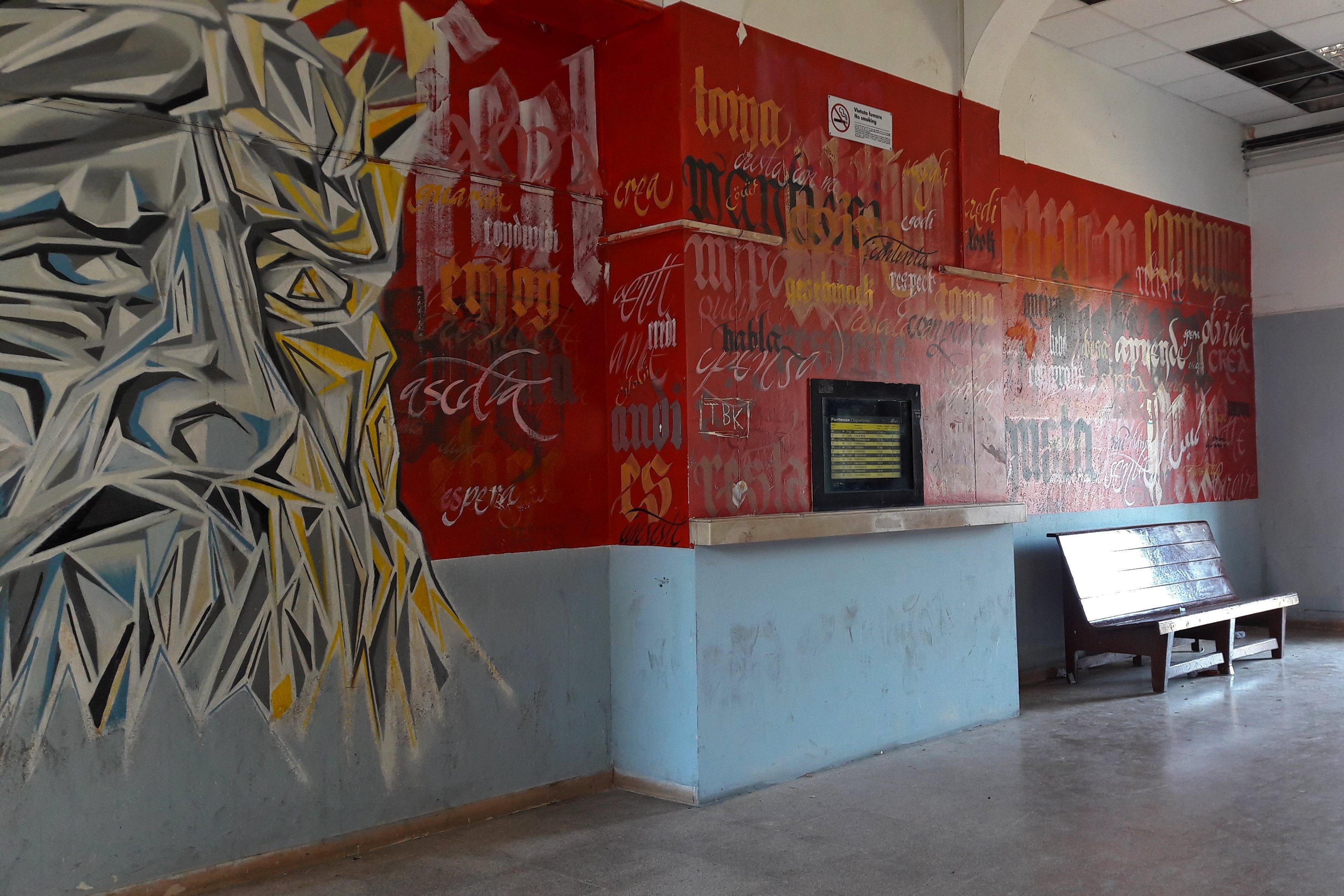 Vseredyni vas možuť zustrity stiny z grafiti