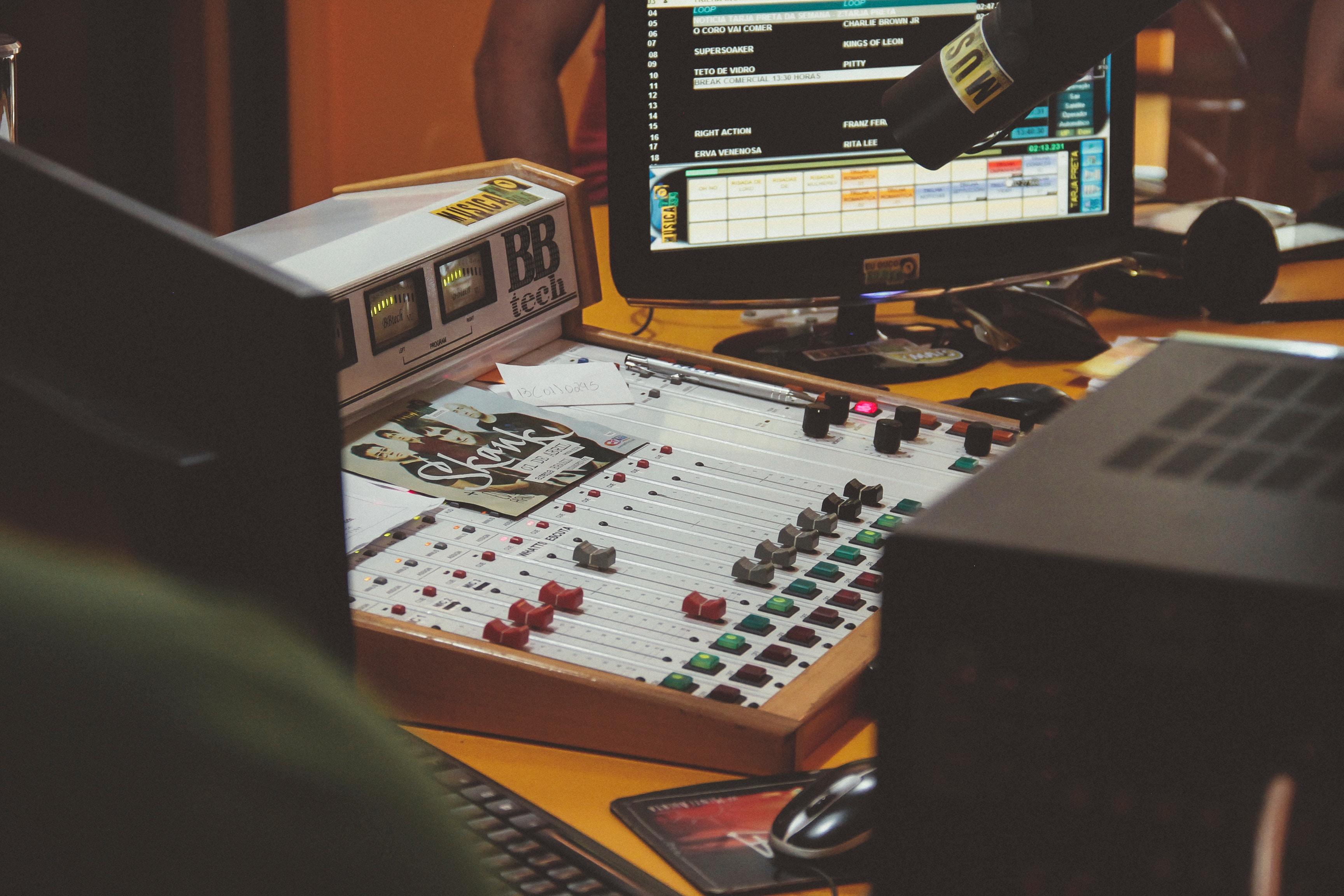 Častka piseń na radio ukraїnśkoju skladatyme 30%