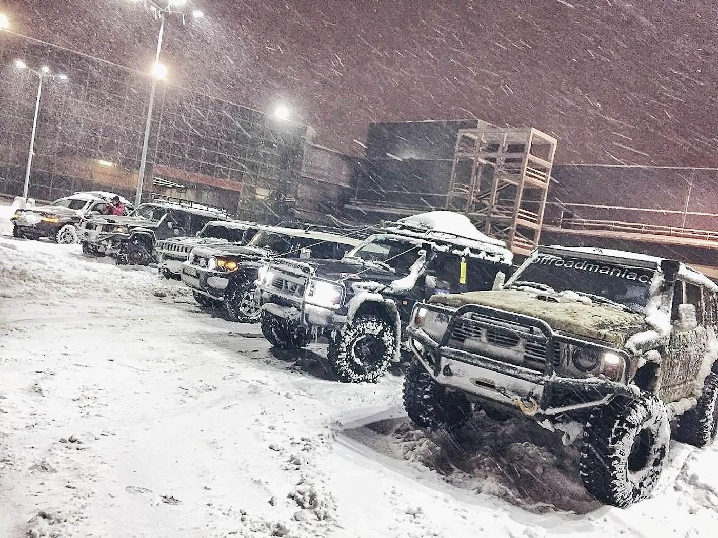 У Києві клуб ентузіастів на позашляховиках допомагає долати снігові затори