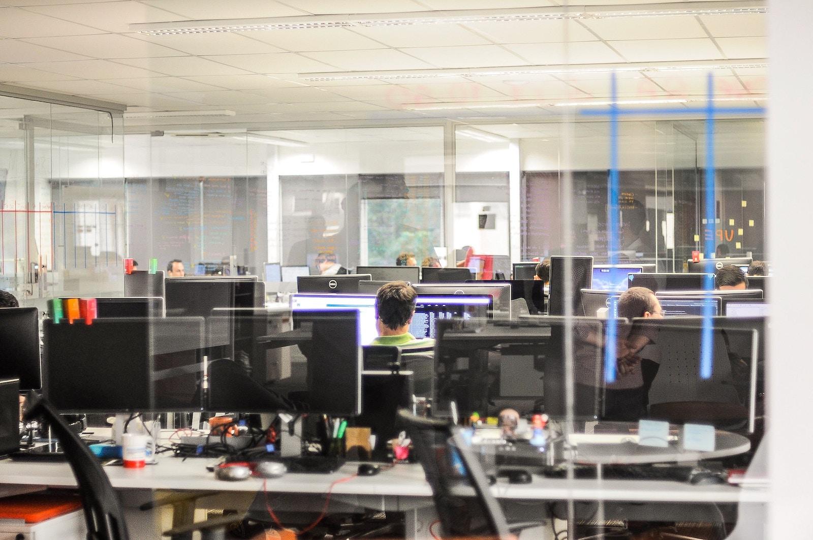 Навіщо ми все ще їздимо на роботу в офіс — і коли це закінчиться