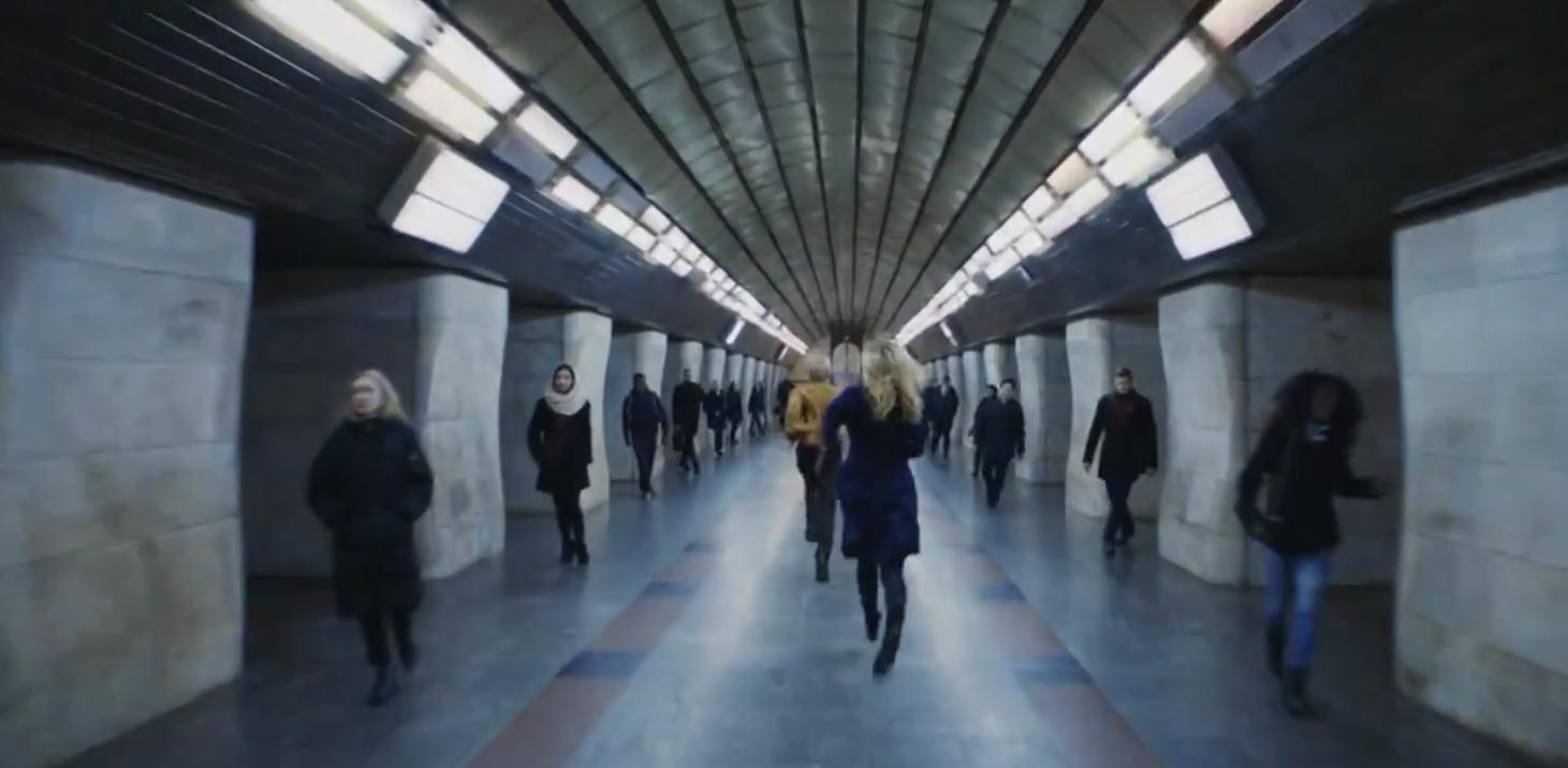 U metro Kyjeva vidznjaly reklamu dlja londonśkogo ritejlera kvytkiv