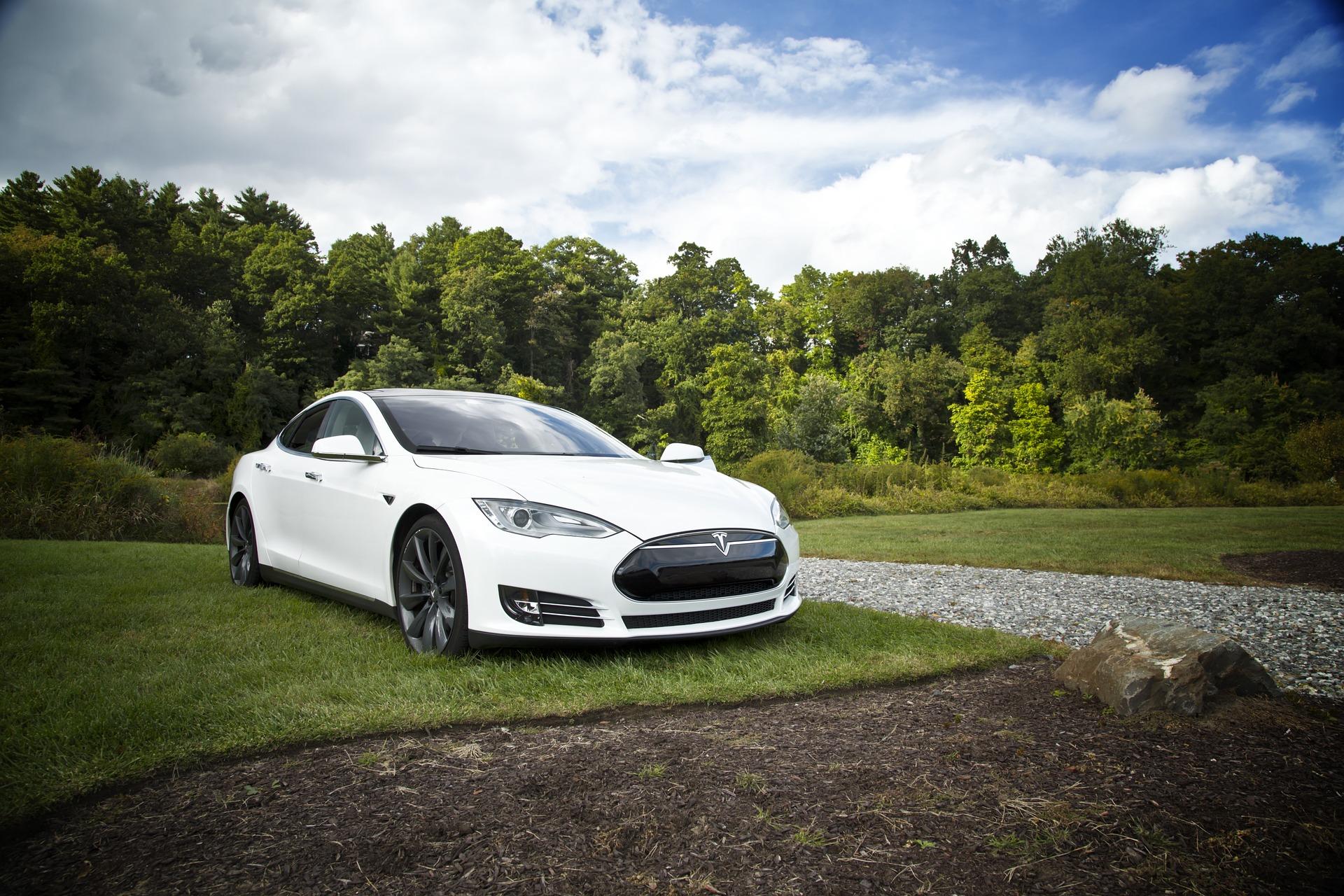 Tesla peretne kontynent — ambitnyj plan Maska