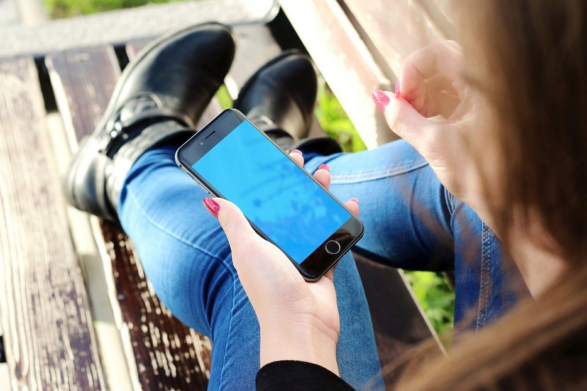 У Києві встановили «розумне» дерево із зарядками для телефонів