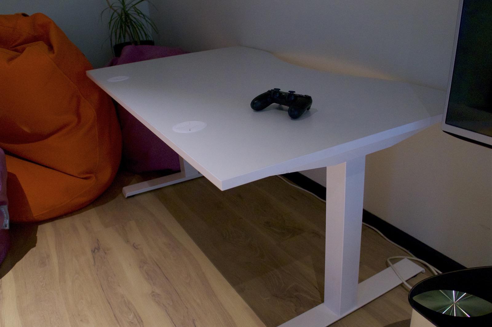 Столи з електроприводом та регулюванням висоти використовуються в офісі скрізь. Це дає змогу працювати стоячи за бажанням