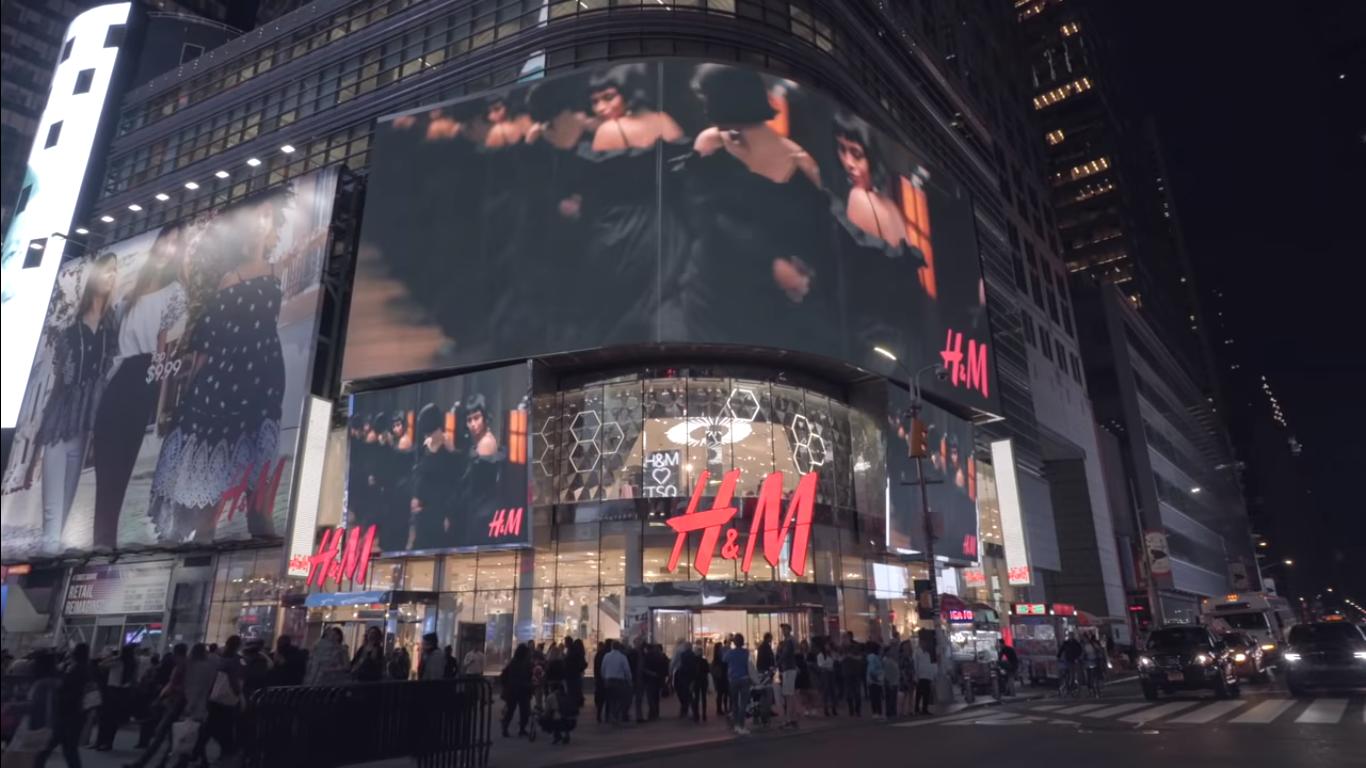 H&M встановили інтерактивні дзеркала, які розпізнають людей
