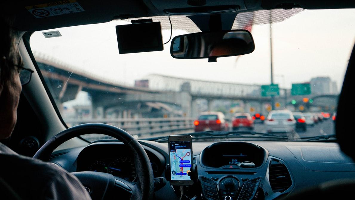 📱 Українцям дозволять показувати водійські права та техпаспорт зі смартфона