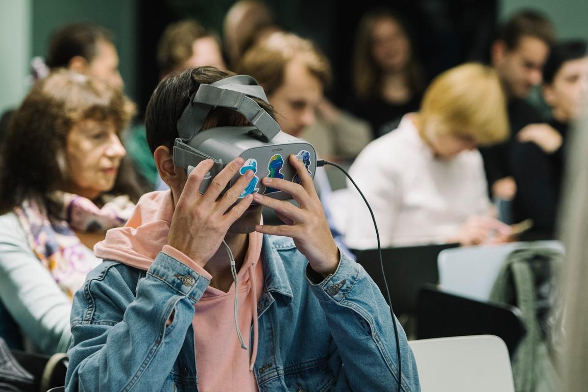 🤳 Музеї майбутнього: у Києві створили VR/AR-додатки для НАМУ, музею «Чорнобиль» та архіву медіа-арту