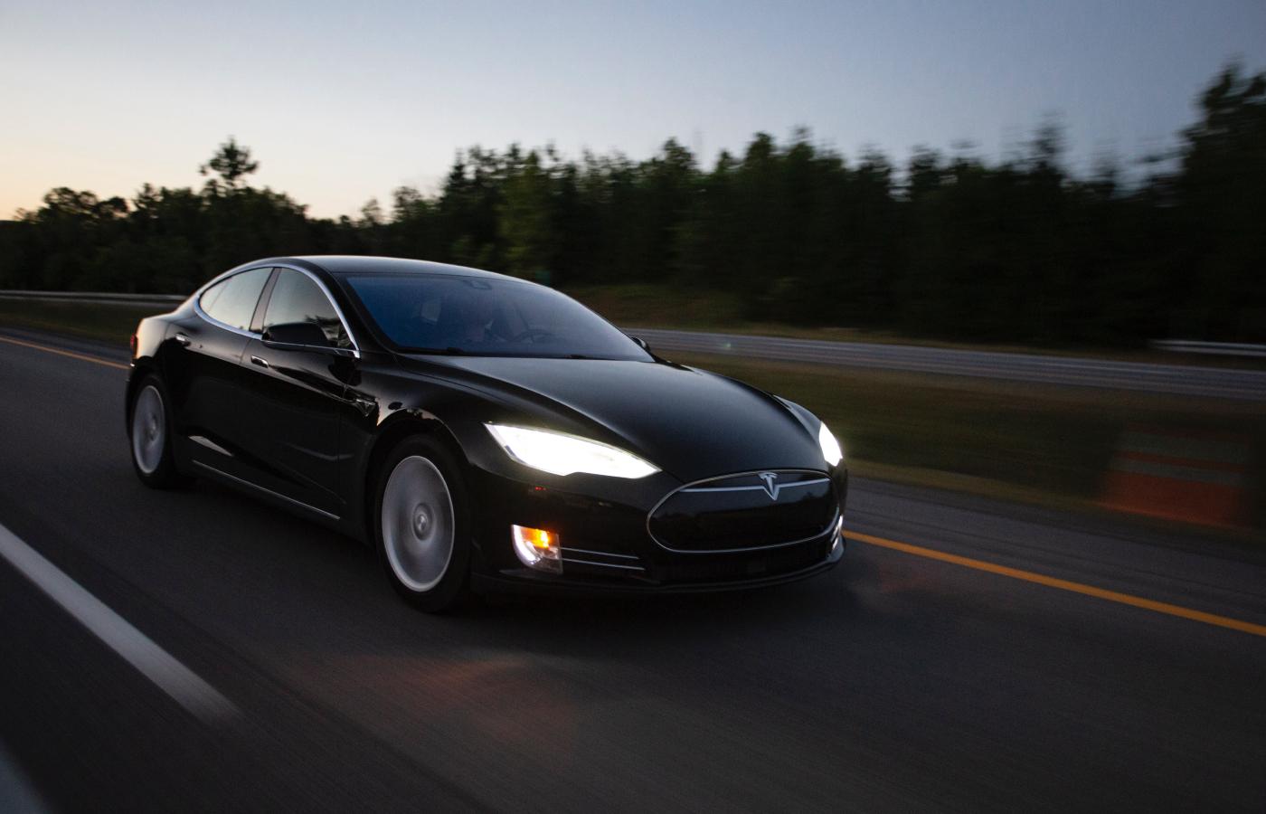 🚙 Автопілот Tesla врятував 8 людей від падіння дерева