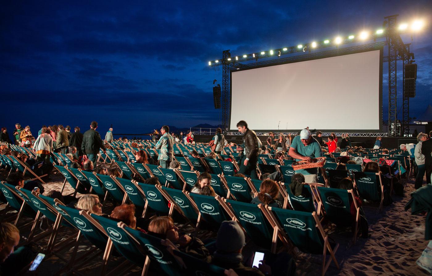 🍿 У Києві відкрили безкоштовний кінотеатр просто неба
