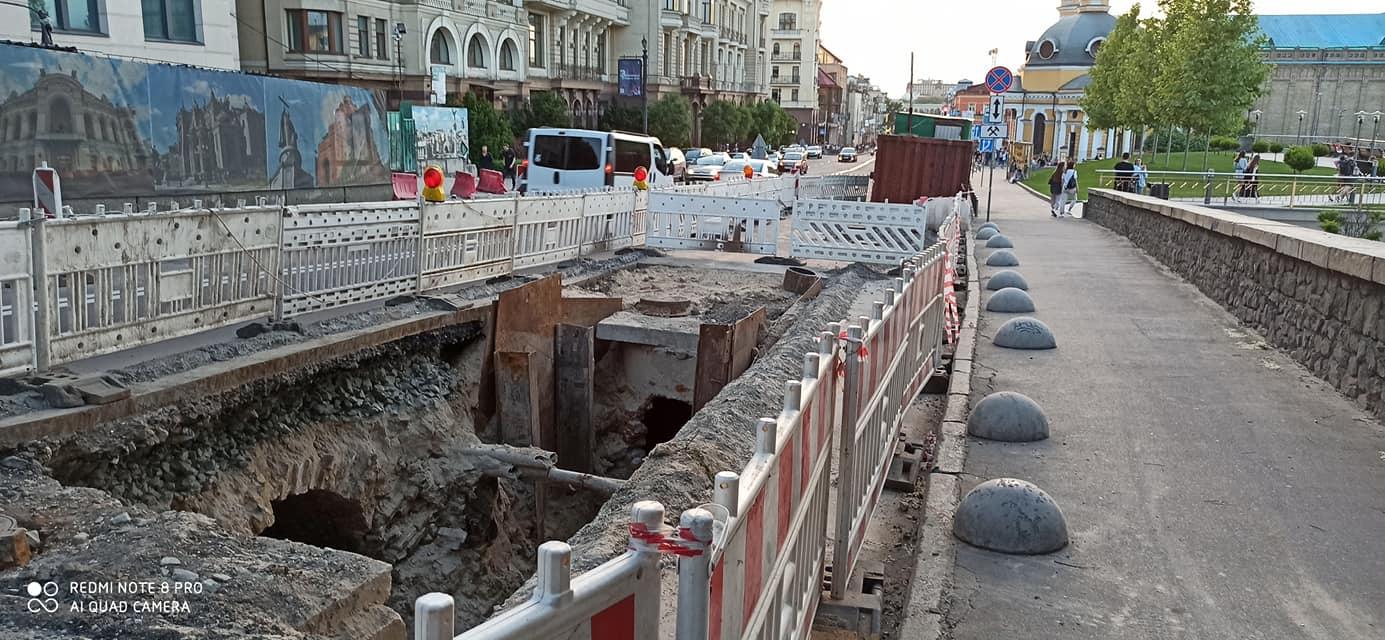 😱 У Києві під час дорожніх робіт знайшли частину дренажної системи ХІХ століття
