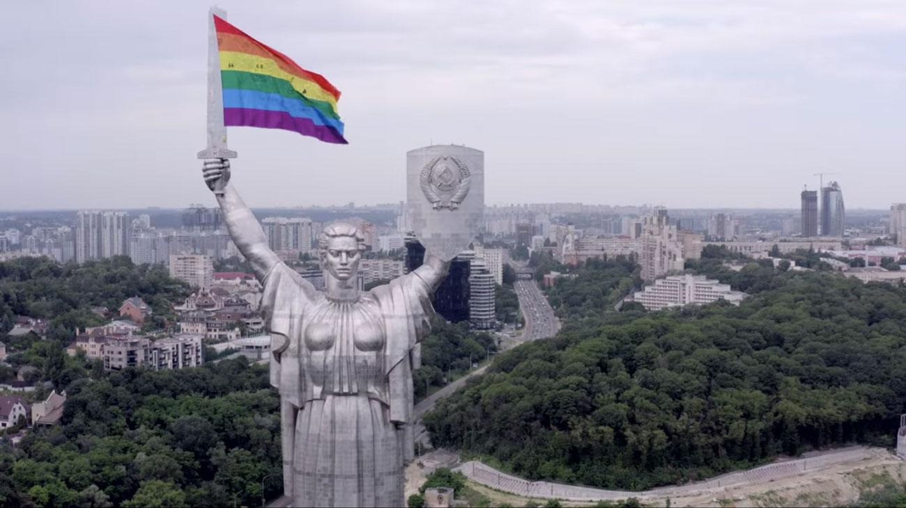 🏳️🌈 KyivPride розмістив на монументі «Батьківщина-Мати» прапор ЛГБТ+ спільноти