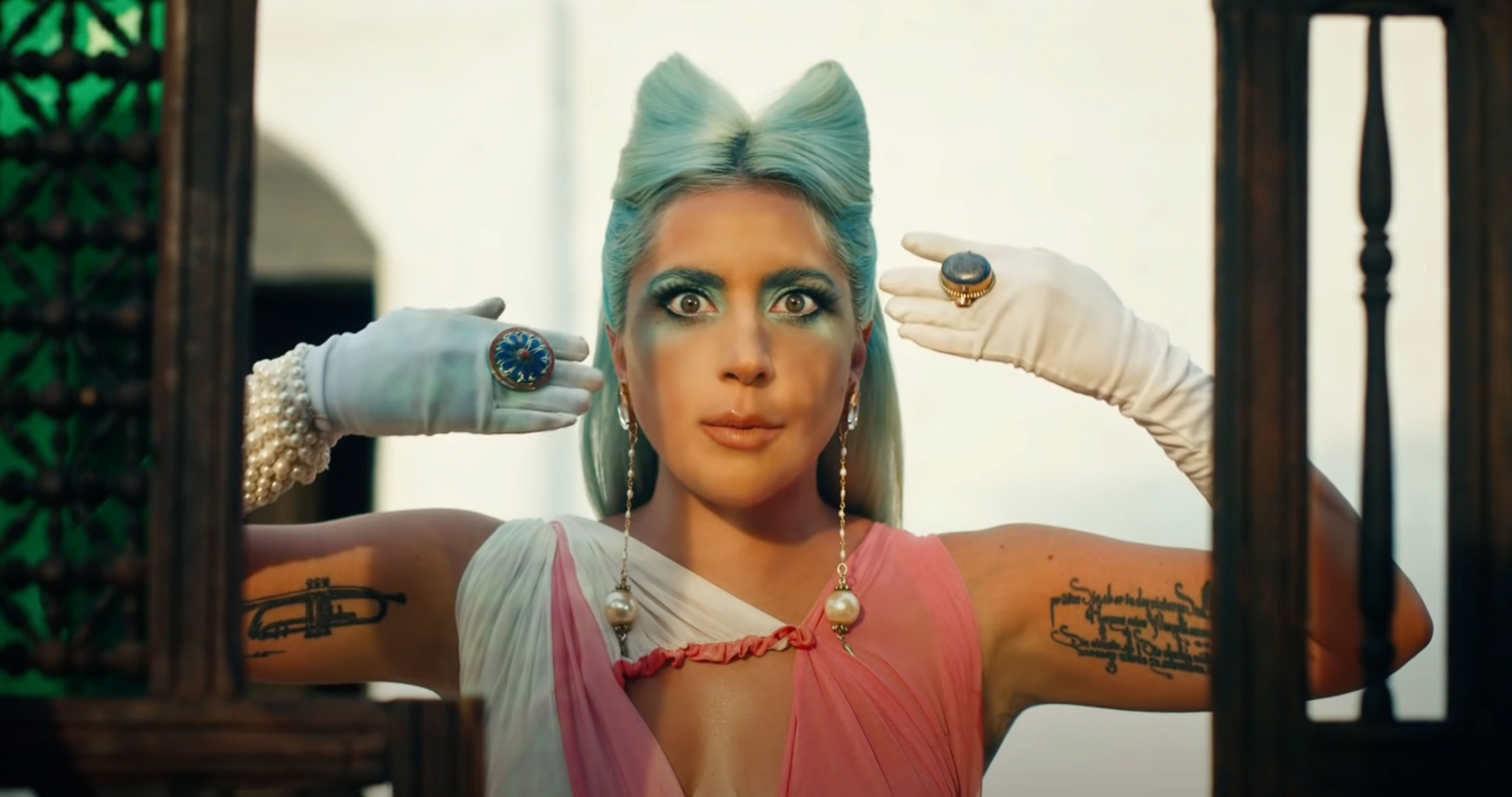 "🍅 Lady Gaga vypustyla klip na pisnju ""911"" z vidsylkoju do ukraїnśkogo režysera Sergija Paradžanova"
