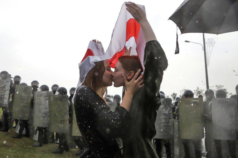 😲 The Associated Press обрали фото року: «світ у розбраті, але не без кохання»
