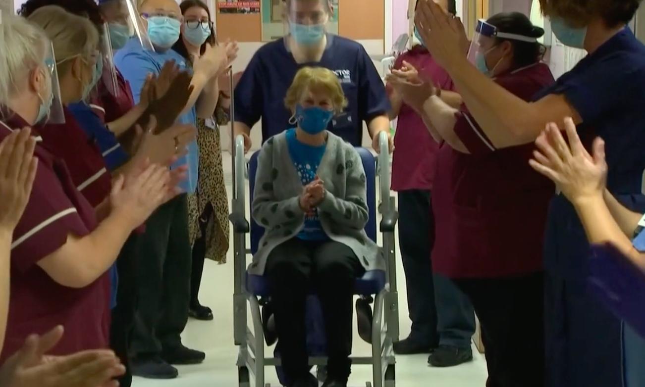 👵🏼 90-річна жінка першою отримала вакцину Pfizer проти COVID-19