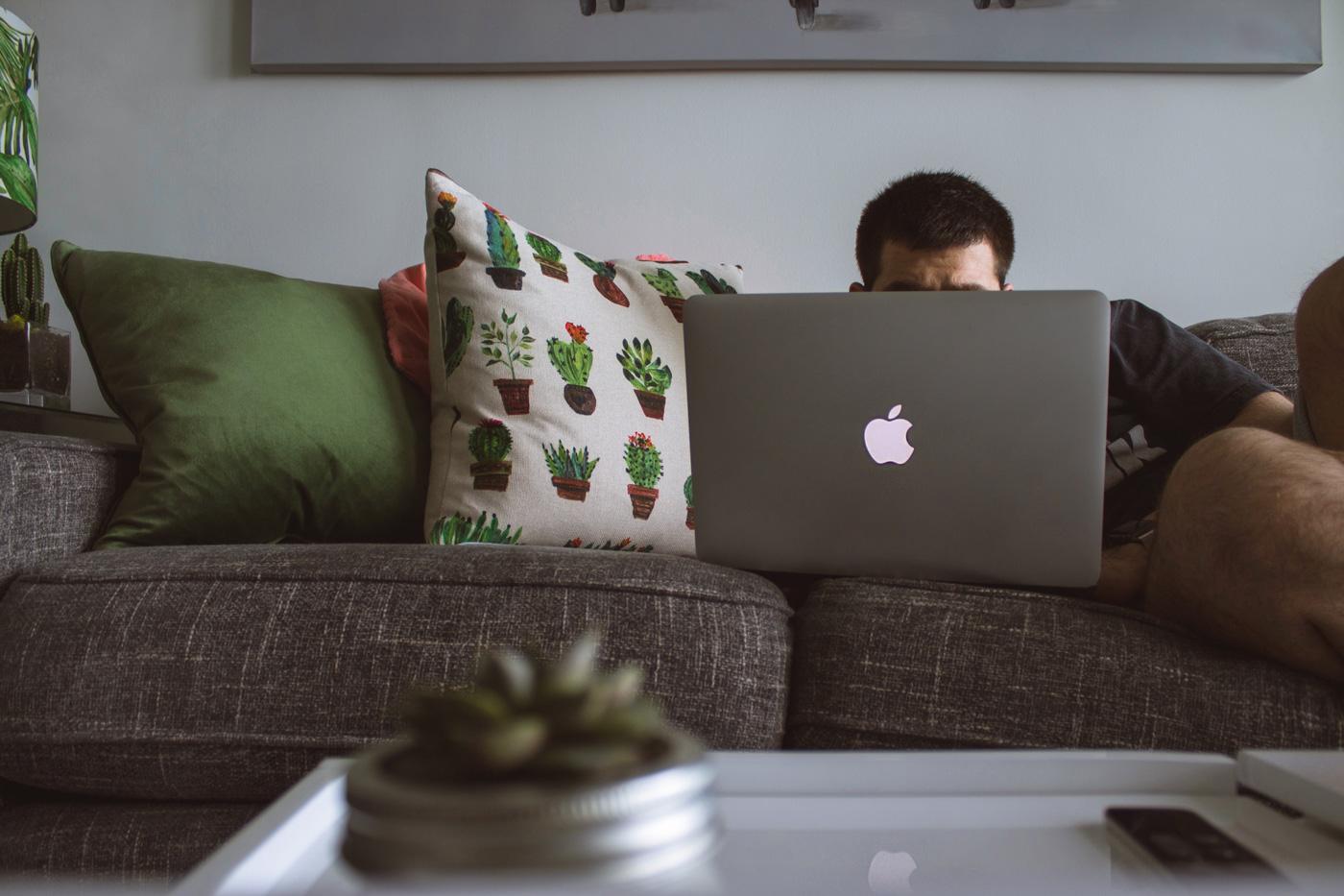 👨🏼💻 Дослідження: 45% людей віддалено працюють на дивані, 38% в ліжку